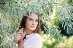 好的纵向迷人的少妇在结构树下 库存照片