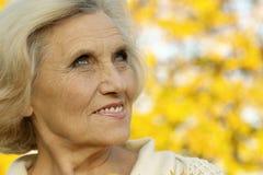 好的老妇人立场 免版税库存照片