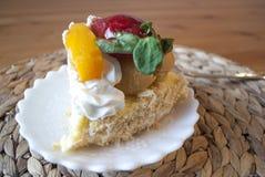 好的蛋糕用草莓和桃子 库存照片