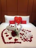 好的装饰的新婚之夜在旅馆里 免版税库存照片