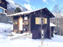 好的装饰的高山样式房子在法国阿尔卑斯 免版税库存照片