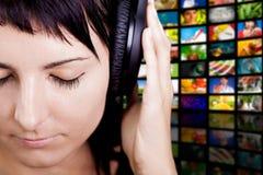 好的音乐。享受音乐的妇女。 免版税库存照片