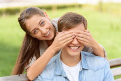 好的年轻夫妇坐长凳 免版税库存图片