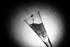 好的玻璃用水飞溅 图库摄影