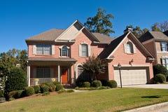 好砖棕色门的房子 免版税库存图片