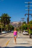好莱坞区的美丽的女孩在好莱坞标志附近 免版税库存图片