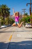 好莱坞区的美丽的女孩在好莱坞标志附近 库存图片