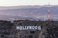 好莱坞标志和圣费尔南多Val的黄昏天线 免版税库存图片