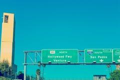 好莱坞由我们的天使steepl的夫人大教堂的高速公路标志  库存图片