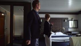 好衣服男人和妇女进入酒店房间 象内部的美好的夫妇 影视素材