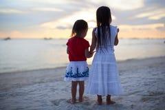 好衣服的小可爱的女孩在海滩 免版税库存照片