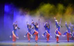 好运和幸福对你TTibetan民间舞 免版税库存照片