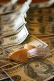 好运曲奇饼和金钱 免版税库存照片