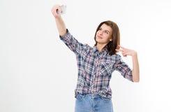好逗人喜爱的时髦的私秘快乐的可爱的可爱的可爱的深色的女孩妇女Selfie有长发的在偶然牛仔布衬衣, 库存照片