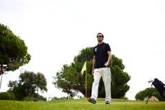 好高尔夫球赛在路线的晴朗的夏日 库存图片