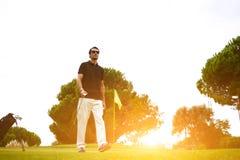 好高尔夫球赛在路线的晴朗的夏日 免版税库存照片