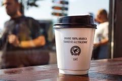 好,法国-02威严2017年:从咖啡店的纸咖啡杯在木背景 免版税库存照片