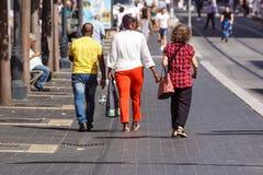 好,法国- 2017年8月14日:走在老镇迷人的葡萄酒街道上的游人和当地人民在尼斯 免版税库存图片