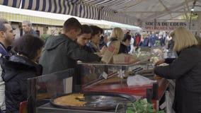 好,法国- 2018年11月10日-人购物在农夫市场上和一个摊位以有机蔬菜品种和 影视素材