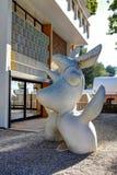 好,法国- 2011年10月22日 基础Maeght 霍安Mirï ¿ ½ Sculpturs在室外庭院里 吉恩Arp 现代欧洲艺术 库存图片