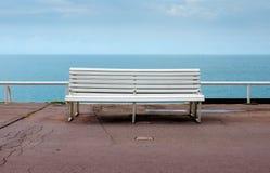 好-俯视海的空的长凳 免版税库存照片