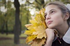 好年轻少年女小学生在公园 库存照片