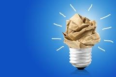 好主意概念,被弄皱的纸把变成一个电灯泡 免版税库存照片