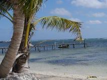 好晴朗的海滩天在Mahual在墨西哥加勒比海洋caribian的尤加坦 免版税库存照片