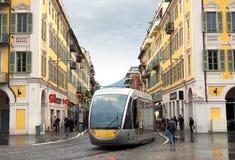 好-电车在城市的中心 免版税库存图片