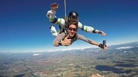 好Skydiving纵排的朋友 免版税库存图片