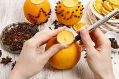 如何做与蜡烛-讲解的橙色香丸球 库存图片
