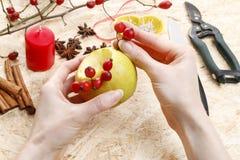 如何做苹果圣诞节的蜡烛台 免版税图库摄影