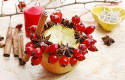 如何做苹果圣诞节的蜡烛台 库存图片