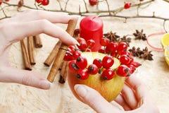 如何做苹果圣诞节的蜡烛台 图库摄影