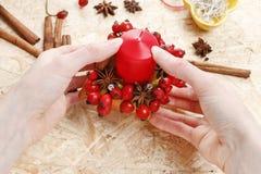 如何做苹果圣诞节的蜡烛台 免版税库存图片