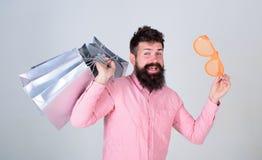 如何停止买您不需要的事 被购物占据心思 上瘾的消费者概念 人无忧无虑的有胡子的举行 图库摄影