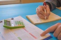 如何写经营计划 企业提案样品 计算金融票据的年轻商人 库存图片