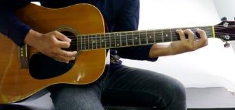 如何弹吉他C maj7 库存照片