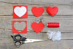 如何由毛毡做华伦泰心脏在情人节 缝合的指南 红色毛毡心脏 免版税库存照片