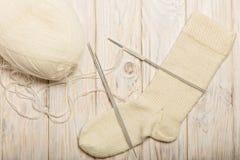 如何编织在五根针的袜子 照片2 免版税库存照片
