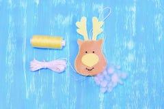 如何缝合毛毡圣诞节鹿装饰品 步骤 充塞与hollowfiber的毛毡圣诞节鹿装饰品 螺纹,针,绳子 免版税库存照片