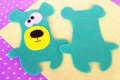 如何缝合玩具熊玩具 毛毡动物样式 孩子的缝合的教训 指导 免版税库存图片