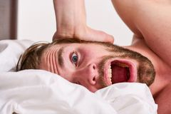 如何起来在新鲜早晨的感觉 睡过头的上午 对感觉良好的早晨定期技巧整天 英俊的人 库存照片