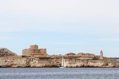 如果在岩石海岛的城堡在法国市马赛附近 库存图片