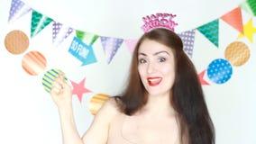 如此乐趣 滑稽的女孩在手板材, copyspace微笑并且举行 当事人 愉快的生日 庆祝的装饰 影视素材