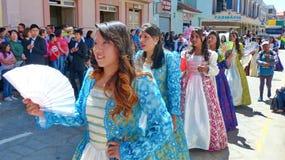 如西班牙语打扮的年轻美女舞蹈家 游行在昆卡省 图库摄影