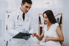 妇产科医师医生的怀孕的女孩 免版税库存图片