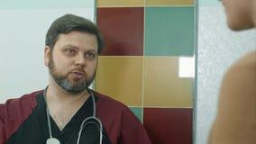 妇产科医师医生谈话与孕妇在医院 库存照片