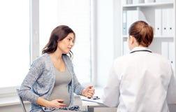 妇产科医师医生和孕妇医院的 免版税库存照片
