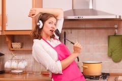 主妇厨师在厨房里 免版税图库摄影